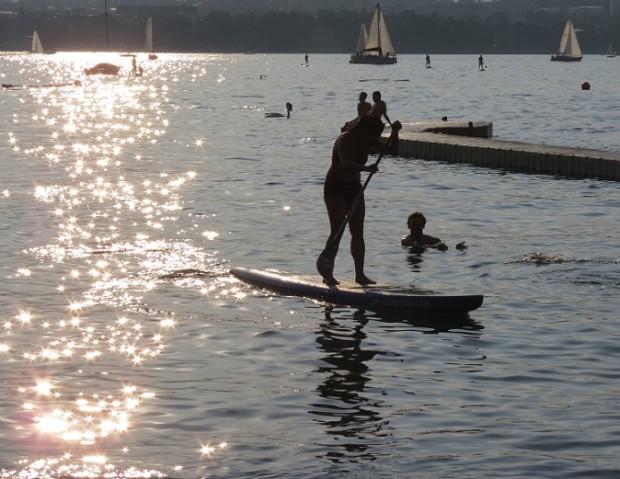 Stand-up paddling in the sunset...© genevafamilydiaries.net