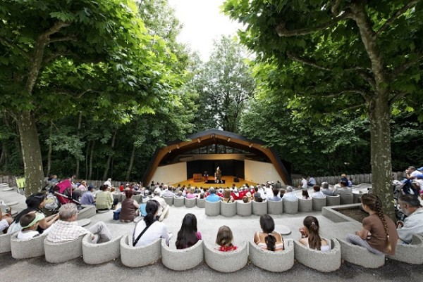 Free shows at the amphitheatre. Photo © Parc Pré Vert Signal de Bougy