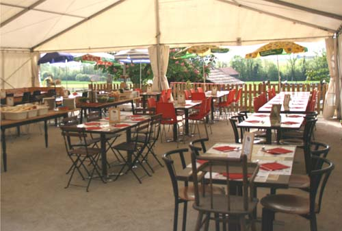 Summer brunch under the marquee © Ferme aux Cretegny