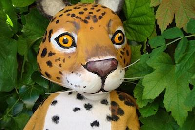 © Les Croquettes - Jaguar plante un arbre